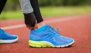 El esguince de tobillo, el trauma de rodilla, la distención de ligamentos, los traumas musculares y los trastornos por deshidratación son las lesiones y traumatismos más frecuentes en deportistas.